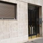 Devant la porte de l'immeuble de l'appartement de Claude Françoi