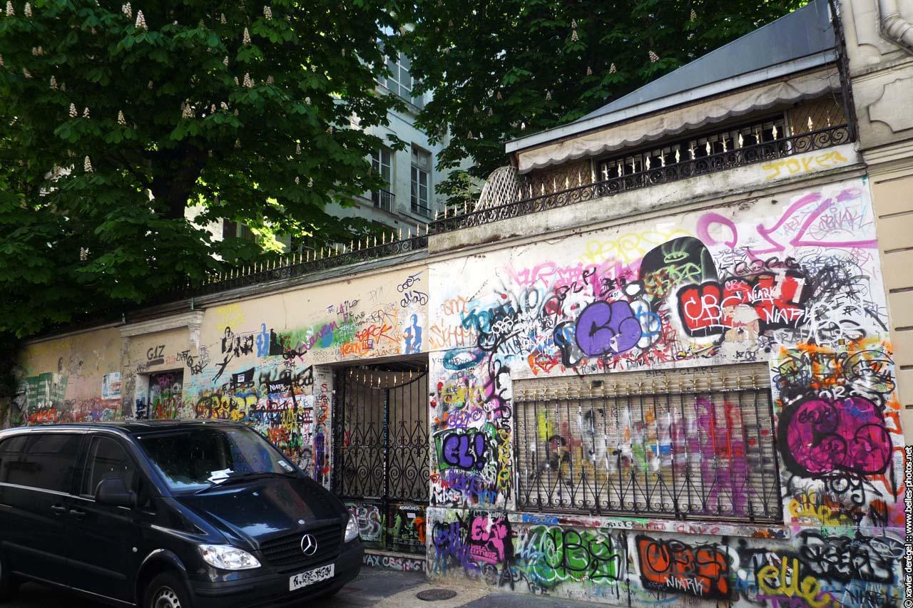 homme ? la t?te de chou s?est ?teint rue de Verneuil dans le ~ Nain De Jardin Insolite