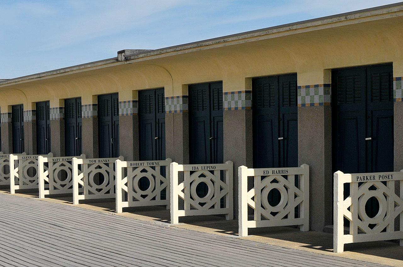 les planches de deauville sa plage et ses parasols. Black Bedroom Furniture Sets. Home Design Ideas