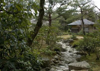 Un chemin dans le jardin du Pavillon d'or