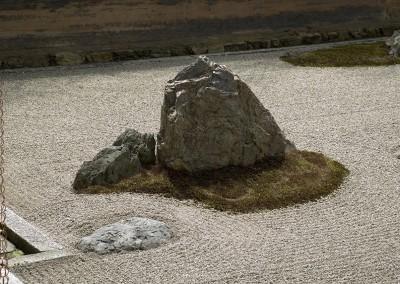Détail de la plus grosse pierre du jardin zen du temple Ryoanji
