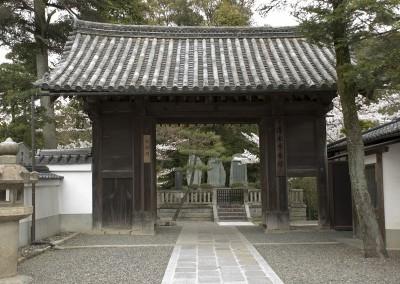 Passage vers les trois stèles