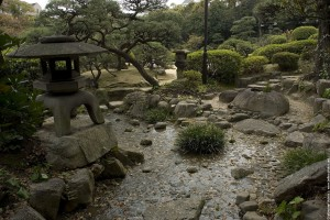 Petit cours d'eau dans les jardins de la propriété coloniale de
