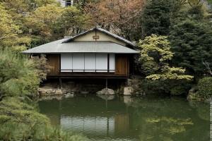 Cabane près de l'étang dans les jardins de la propriété colonial