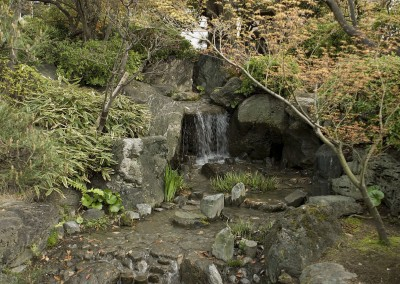 Petite cascade dans les jardins coloniaux