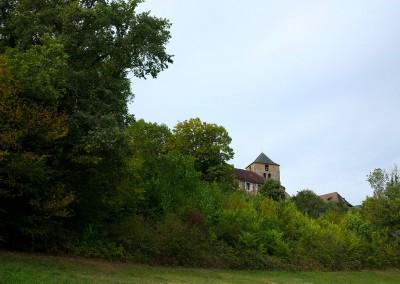 Le château de Cavagnac au loin