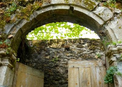 Porte en pierre ancienne du château de Cavagnac