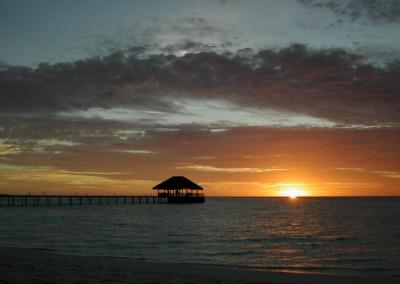 Cest magnifique un beau coucher de soleil aux Maldives