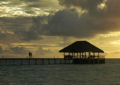 Coucher de soleil et ponton aux Maldives