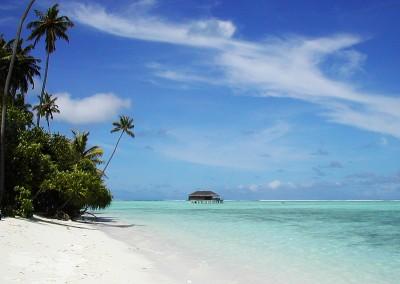 La plage de sable blanc et vue sur honeymoon villa