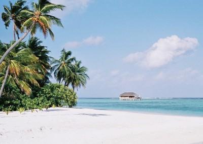 Plage de sable blanc et water villa