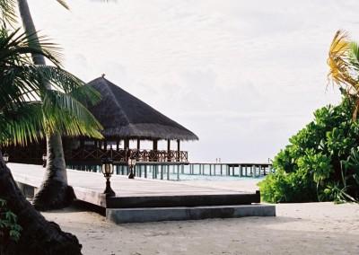 Le ponton vers le bar de l ile hotel aux Maldives