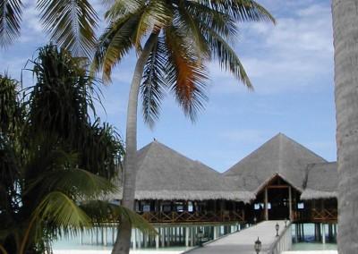 Le ponton menant au bar de l hotel aux Maldives