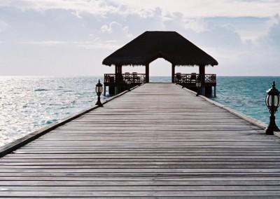 Le ponton vers l ocean aux Maldives