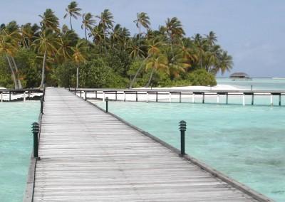 Une ile vue depuis le ponton aux Maldives