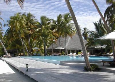 Piscine d une ile hotel aux Maldives