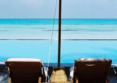 Deux transats pour un parasol aux Maldives
