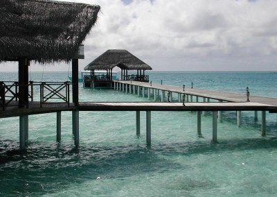 Pontons au dessus de l ocean d une ile hotel aux Maldives