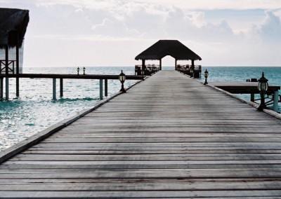 Le diner est servi au bout du ponton aux Maldives