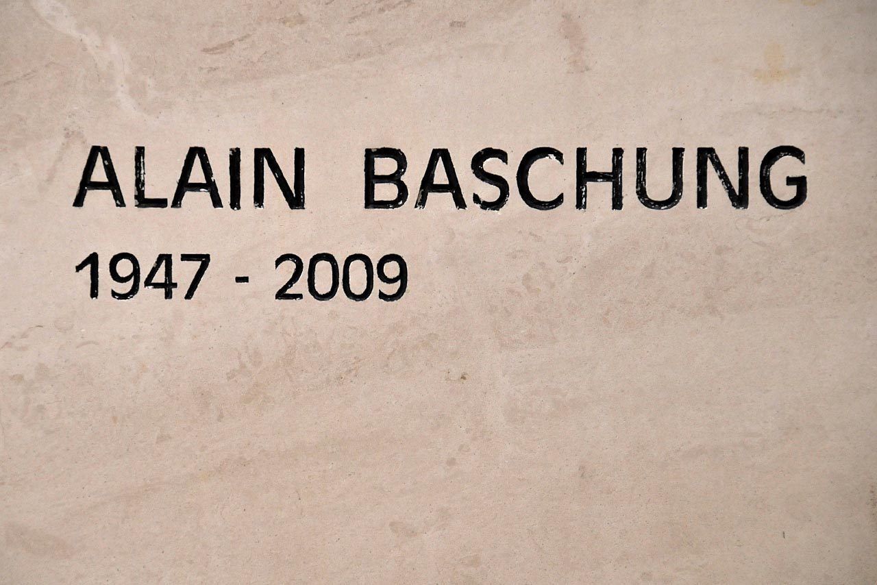 Le nom d'Alain Bashung gravé sur sa tombre
