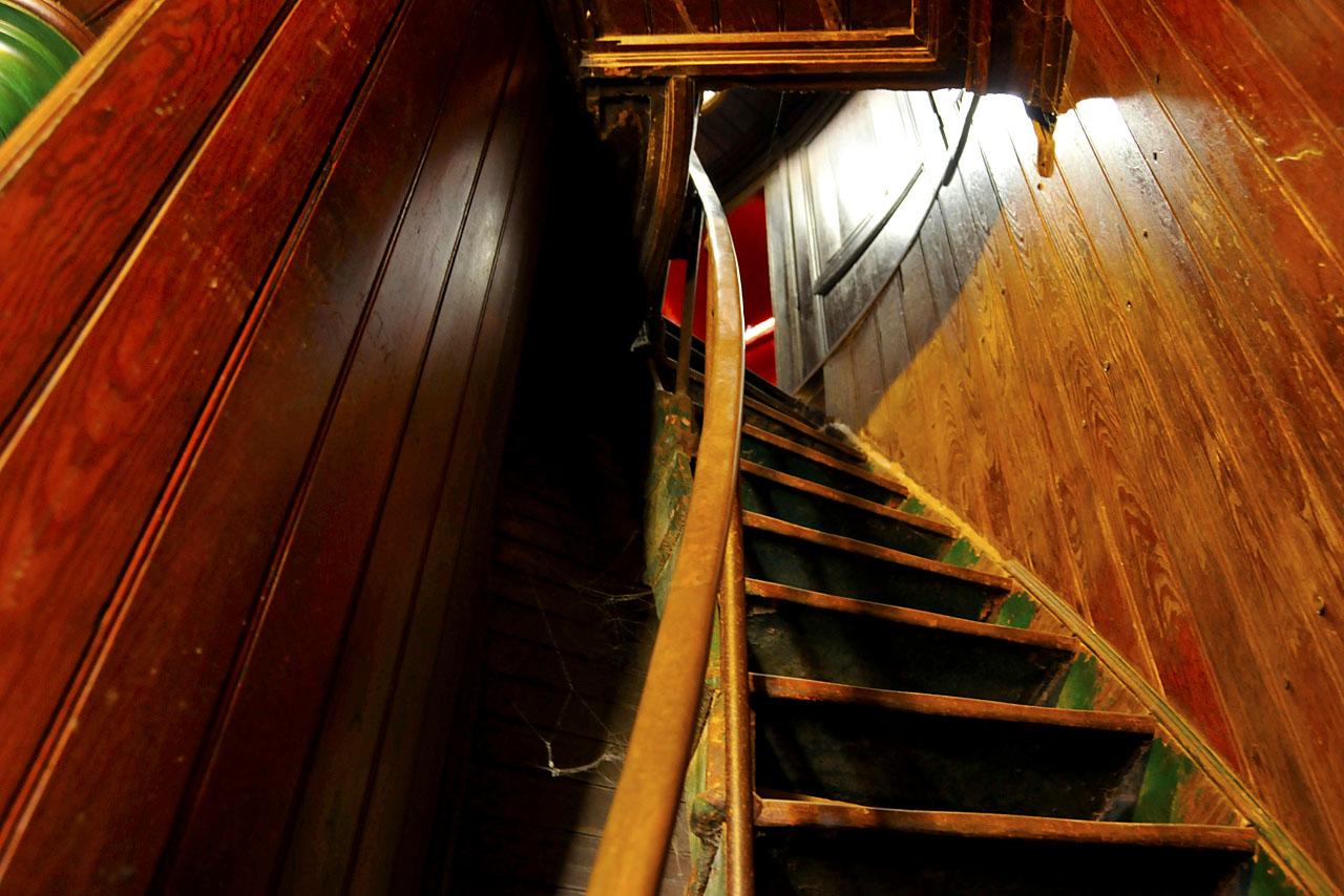 Escalier en bois au sommet du phare de La Coubre