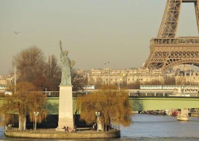 La statue de la liberte et la tour Eiffel