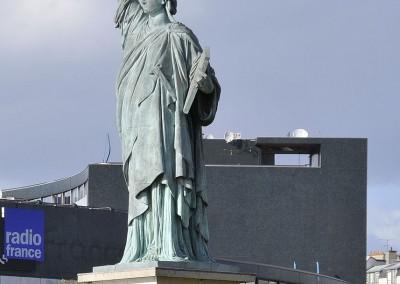 La statue de la liberte devant la maison de la radio