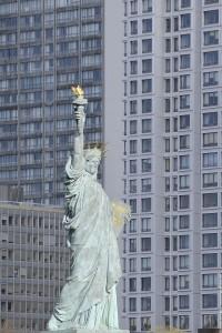 statue de la liberte sur fond d'immeubles
