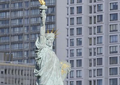 La statue de la liberte sur fond d'immeubles