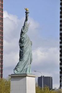 statue de la liberte entre deux tours