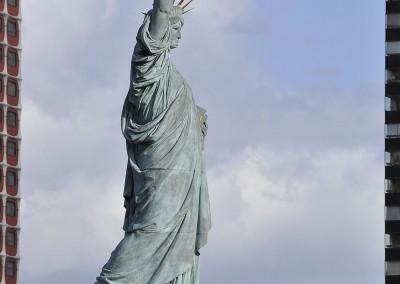 La statue de la liberte entre deux tours