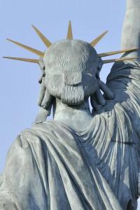 tête de la statue de la liberte de dos