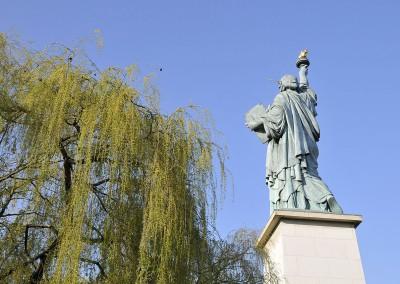 Statue de la liberte de dos avec socle