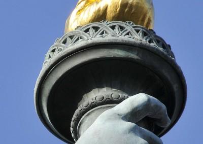 Zoom sur la torche de la statue de la liberte