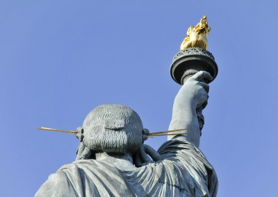 Le haut et la torche de la statue de la liberte de dos