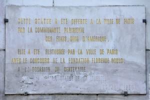 Plaque sur la statue de la liberte