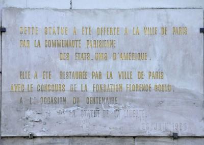 Plaque sur la statue de la liberte de Paris