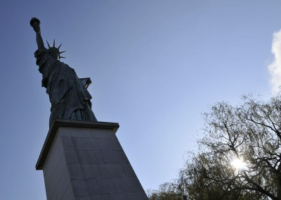 La statue sur son socle à contre-jour