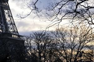 La tour Eiffel - Vue non conventionnelle dans la brume de l aube
