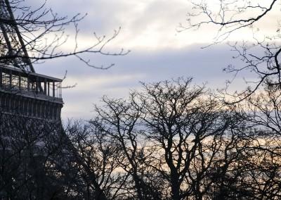 La tour Eiffel - Soleil qui se leve dans la brume