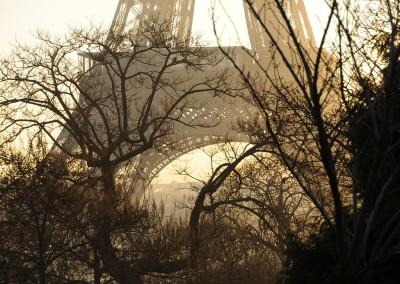 La tour Eiffel soleil levant