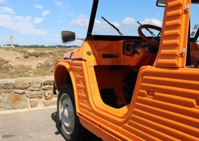 Une Méhari orange vue de près