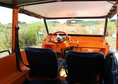 Méhari orange vue de l'intérieur