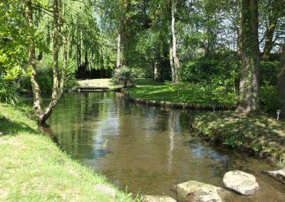Plan d'eau au bout du parc du moulin de Claude François