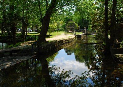 Le parc ombragé du moulin de Claude François