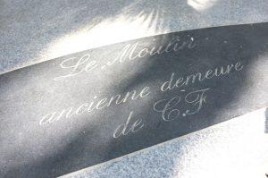 Plaque gravée à l'entrée du moulin de Claude François