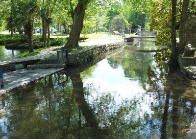 Pont dans le parc du moulin de Claude François