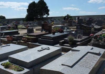 La tombe de Claude François au loin