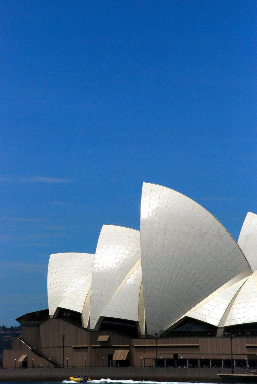 Le toit de l'opéra au soleil