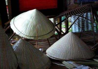 La fabrication des chapeaux coniques vietnamiens